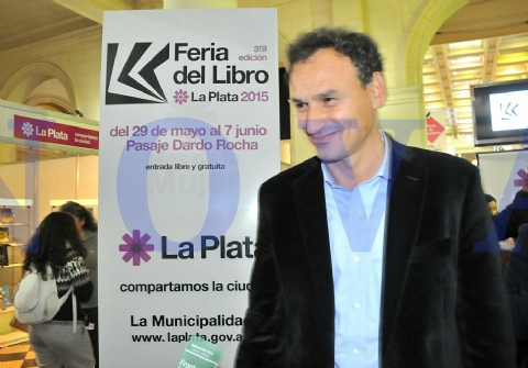 Comenz� la tercera edici�n de la Feria del Libro en el Pasaje Dardo Rocha. En el tradicional corte de cinta, estuvo presente el intendente Pablo Bruera junto al reconocido actor Lito Cruz y autoridades municipales (Foto: Roger Amodio).