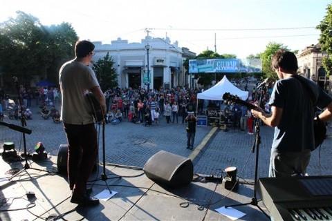Con la presencia de Mimi Maura, finaliz� el festival de Ciudad Alterna. Distintas bandas locales participaron del festival Ciudad Alterna.
