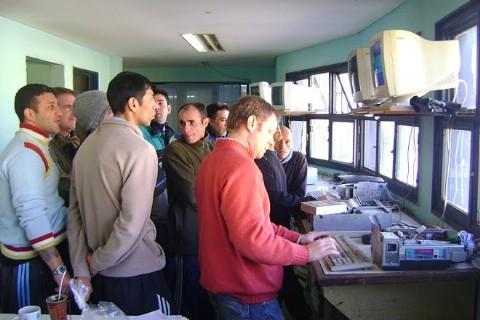 Internos de la Unidad 9 de La Plata reparan computadoras que van a escuelas de todo el pa�s. Dos mil presos del Servicio Penitenciario Bonaerense (SPB) ya participaron del programa �Segunda Oportunidad�.