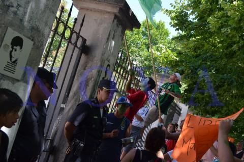 Taxistas y familiares del sindicalista Marcelo Ar�valo acusan a Bruera de tenderle una cama. Los miembros del Sindicato conocido como �Calle 43� hicieron un acto de presencia junto a vecinos del barrio El Mercadito en el edificio de 7 entre 56 y 57.  (Foto: NOVA).