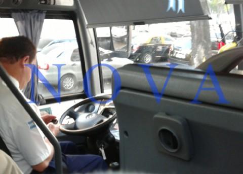 Negligencia al volante: tras adherirse al paro, chofer se adhiri� a su celular. Un chofer de la empresa �Costera Metropolitana� en lugar de estar atento al caos vehicular propio de las v�speras de un fin de semana largo, estaba inmerso en su tel�fono celular. Una pasajera lo fotografi� �in fraganti�.