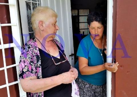 Una patota agredi� a una jubilada para robarle los psicof�rmacos de su hija . Norma Montes, la v�ctima de 70 a�os, junto a su hija Sonia, a quien le robaron los costosos medicamentos psiqui�tricos en el Barrio San Carlos. (Foto: NOVA).