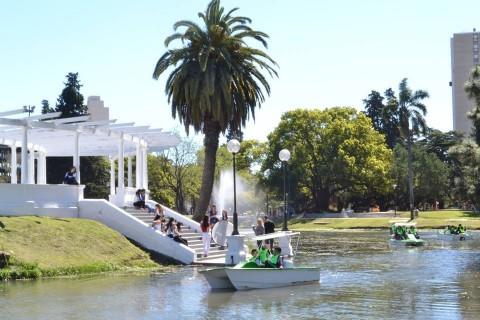 Parque Saavedra: el Municipio contin�a con las mejoras y recupera el Paseo del Lago. Como parte del plan de mejoras que se llevan a cabo la Municipalidad inaugur� este s�bado, los nuevos botes que se incorporaron al lago y que permiten recuperar un paseo hist�rico de la ciudad.