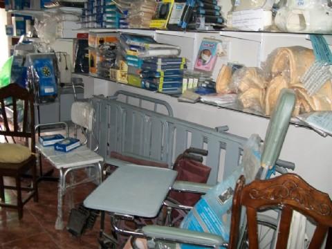 Cinco ladrones asaltaron una casa de ortopedia de La Plata. Los oficiales pudieron recuperar los elementos sustra�dos del local de ortopedia.