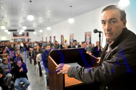 M�s de 400 vecinos de Los Hornos ovacionaron a Oscar Vaudagna. Oscar Vaudagna, precandidato a intendente por el massismo. (Foto: Roger Amodio)