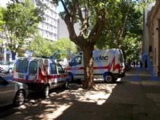 En la zona c�ntrica de La Plata,  casi una decena de veh�culos de emergencias de UDEC se encuentran estacionados, sin uso, complicando el tr�nsito. (Foto: NOVA)