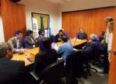Carlos Bonicatto, defensor del pueblo, Mario Secco, intendente de Ensenada, y otros funcionarios siguen discutiendo el destino de la basura. (Foto: NOVA).