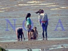 Muchas familias y amigos decidieron pasar el d�a de la primavera a orillas del R�o de La Plata. (Foto: NOVA).