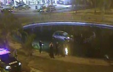 """Durante la madrugada del lunes un conductor perdi� el control de su rodado y termin� """"nadando"""" en la fuente ubicada en 7 y 32."""