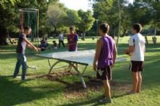 Las mesas se instalan en las plazas mientras que los suplementos, tales como paletas, pelotas y las piezas de ajedrez, son administrados por personal municipal.