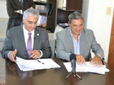 El intendente Municipal, Enrique Slezack recibi� en su despacho al titular del Grupo �Provincia�, Santiago Montoya.