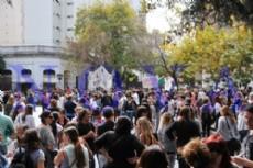 Movilizaci�n docente en La Plata por reclamo de pagos adeudados y p�simas condiciones laborales en las escuelas de la provincia (Foto: Roger Amodio).