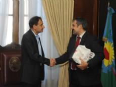 El intendente de La Plata, Pablo Bruera, recibi� en su Despacho, al consejero pol�tico y de relaciones p�blicas de la Embajada de Canad�, Tudo Hera.