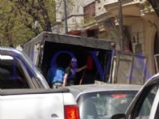 Figurita repetida: caos vehicular en el centro platense. A pesar de ello, los camiones no respetan el horario de carga y descarga, complicando a�n m�s la situaci�n. (Foto: NOVA).