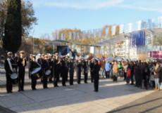 En la Plaza Islas Malvinas de 19 y 51, se llev� a cabo el tradicional chocolate caliente, adem�s de un desfile de bandas militares.
