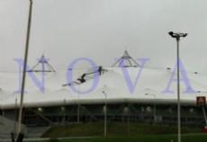 Otra vez sopa: se raj� uno de los gajos del techo del Estadio Ciudad de La Plata. (Foto: NOVA).