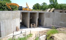 Terrapl�n de suelo compactado de 8 kil�metros de extensi�n y cuatro metros de altura.
