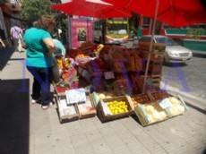 La verduler�a emplazada frente a Plaza Italia, llegando a la esquina de 7 y 45 sobre la vereda, tiene de todo, menos papeles. (Foto: NOVA).