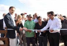 El ministro de Infraestructura, Alejandro Arl�a, encabez� esta tarde junto al intendente Platense, Pablo Bruera, la entrega de las primeras 11 viviendas industrializadas.