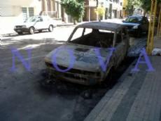 Desconocidos prendieron fuego un Fiat 147 que estaba estacionado en la v�a p�blica y result� totalmente destruido por las llamas. (Foto archivo: NOVA)
