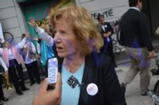 """Silvia Gasc�n, una de las organizadoras. A todo ritmo: el grupo """"Papelnonos"""" anim� la jornada frente a al Defensor�a del Pueblo, en 7 y 49. (Foto: NOVA)."""
