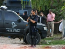 El hombre pudo ser detenido cuando agentes del grupo Halc�n llegaron al lugar, subieron al techo y lograron demorarlo.