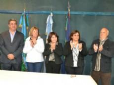 El Intendente Enrique Slezack, acompa�ado por su esposa Susana Pankin, junto a los nuevos integrantes del Departamento Ejecutivo, Graciela Matkovic, Griselda Eustratenko y Horacio Pomi.