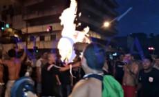 La sociedad est� contaminada de violencia y no soporta ver a una persona con la camiseta rival: hinchas de Estudiantes queman bandera de Gimnasia en 7 y 50. (Foto: NOVA)