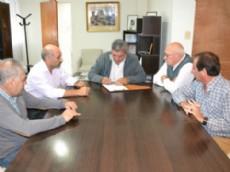 El Intendente Municipal Enrique Slezack, junto al Secretario del Sindicato de Trabajadores Municipales de Berisso Alfredo Dulke e integrantes del gremio.