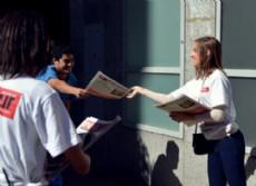Promotoras pertenecientes al staff de la agencia Runway Models repartieron el diario INFOSUR en el centro platense. (Foto: NOVA)