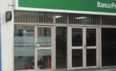 Un grupo de delincuentes  rompi� los vidrios de blindex de la sucursal de 17 y 70 de La Plata.