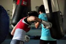 Todos los jueves, practican boxeo recreativo en el Centro Cultural Padre Mugica.