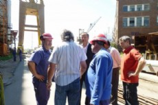 Javier Pacharotti junto a los trabajadores del Astillero.