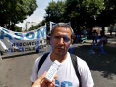 Ramiro Berdesegar, coordinador de la movilizaci�n de la Corriente Clasista y Combativa, en confluencia con los campesinos de ASOMA, en el centro platense. (Foto: NOVA).