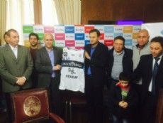 El precandidato a intendente de La Plata, Pablo Bruera, recibi� al plantel de b�squet de Gimnasia Esgrima La Plata.