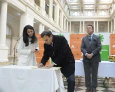 La ceremonia de entrega de estos documentos fue encabezada por el intendente Pablo Bruera y el ministro de Justicia, Ricardo Casal.