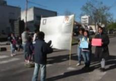 Los familiares de una nena que falleci� por una infecci�n, protestaron frente al hospital.
