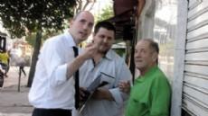 Marcelo Leguizam�n entreg� los botones antip�nico a diferentes vecinos y comerciantes del barrio La Loma.