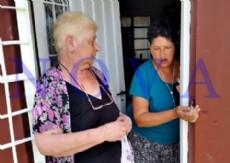 Norma Montes, la v�ctima de 70 a�os, junto a su hija Sonia, a quien le robaron los costosos medicamentos psiqui�tricos en el Barrio San Carlos. (Foto: NOVA).