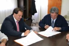 Enrique Slezack junto a Mart�n Ferr�, durante la firma de sendos convenios.