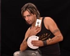 Fernando Verona es un mago ilusionista de La Plata que sorprende con su magia  extrema, un estilo nuevo que pocos magos realizan en el mundo.