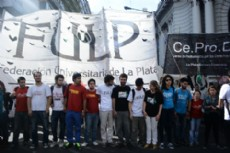 Organizaciones estudiantiles se movilizaron para pedir la destituci�n acad�mica del juez Horacio Piombo. (Foto: Mariana Dappello).